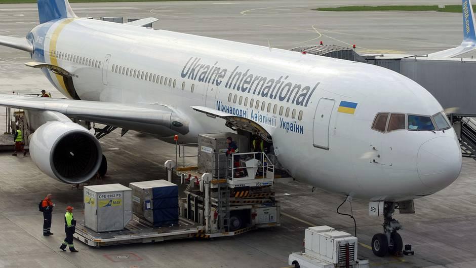 Eine Boeing 767 derUkraine International Airlines. Im Cargo-Bereich befanden sich auf dem Flug nach Toronto 500 Hundewelpen.