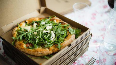 Pizza in einem geöffneten Pizzakarton