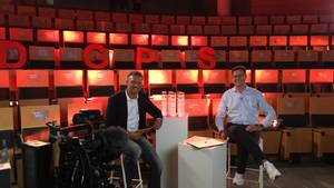 Chefredakteur Florian Gless (r.) und Moderator Volker Groß bei derVerleihung des Deutschen Gründerpreis für Schüler 2020 beim stern in Hamburg
