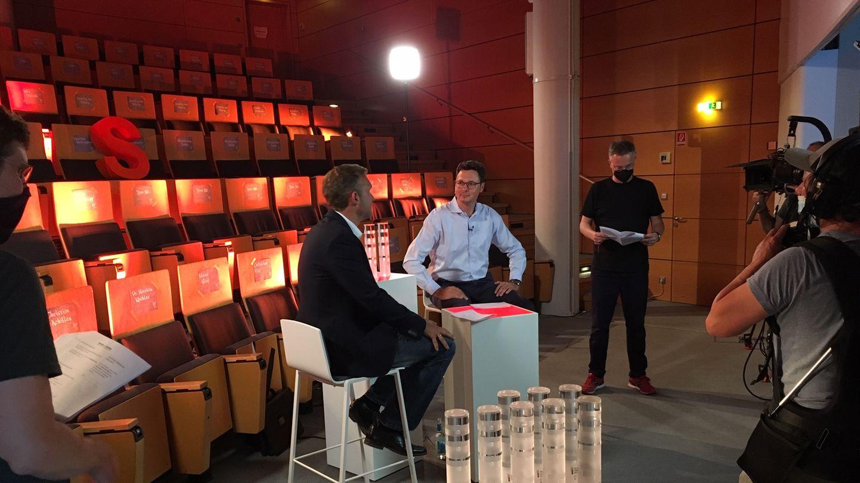 Preisverleihung für den Deutschen Gründerpreis für Schüler mit stern-Chefredakteur Florian Gless (r.) und Moderator Volker Groß