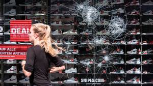 Gewalttätige Kleingruppen verwüsteten die Innenstadt von Stuttgart verletzten mehrere Beamte