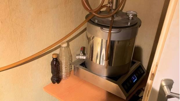 Auf dem Gästeklo fanden die Beamten dieses 20-Liter-Destilliergerät