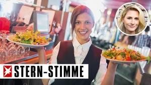 Kellnerin mit zwei Salattellern