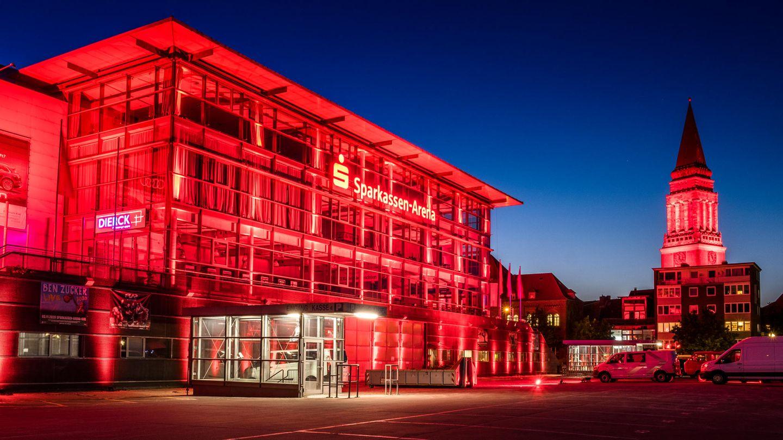 Schleswig-Holstein, Kiel: Kieler Veranstaltungsarena (l.) und der Rathausturm