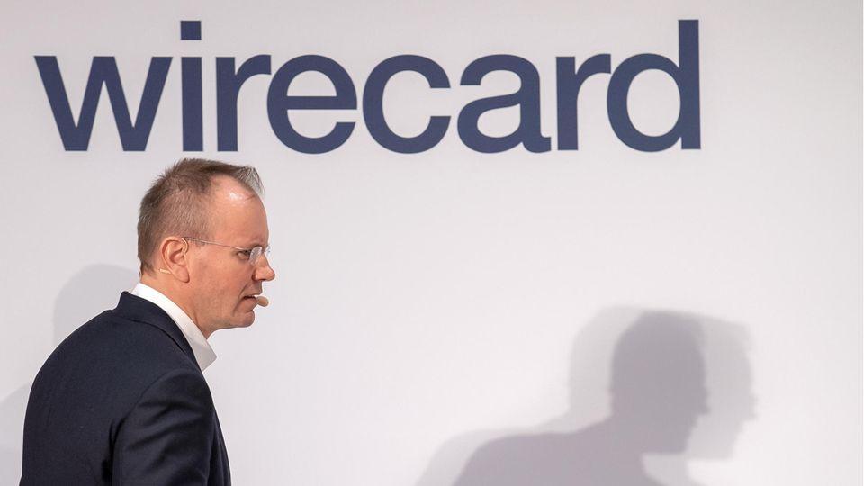 Wirecard-Bilanzskandal: Ex-Chef Markus Braun betritt die Bühne einer Pressekonferenz