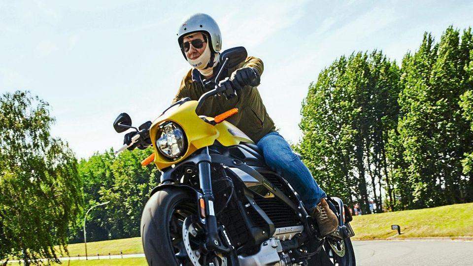 Frank Janßen auf der E-Harley