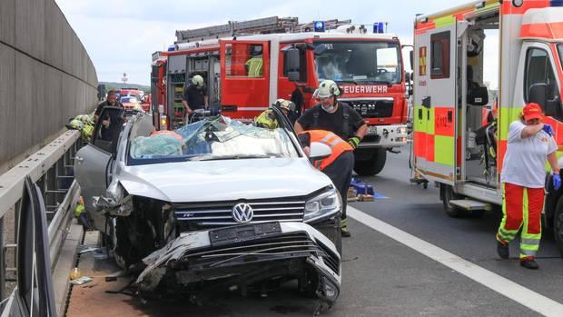 Rettungskräfte arbeiten an einer Unfallstelle auf der Autobahn 73