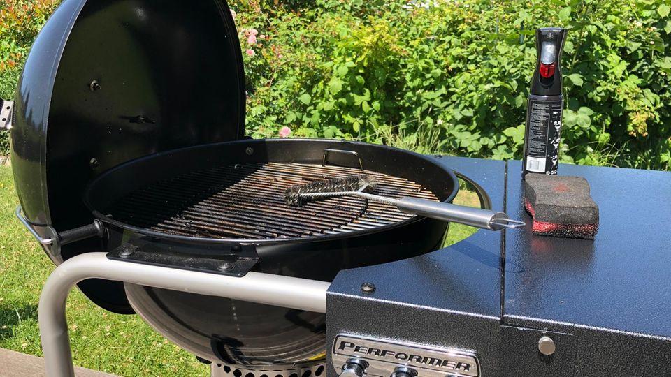 Grill reinigen: Holzkohlegrill steht auf einer Terasse im Freien