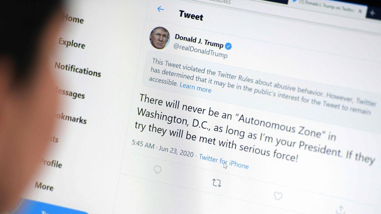 Nutzerin liest gesperrten Tweet von Donald Trump am Bildschirm