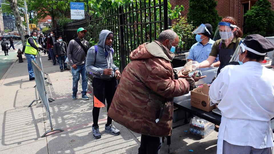 Essensverteilung für Bedürftige während der Corona-Pandemiein der Holy Apostle Soup Kitchen in New York