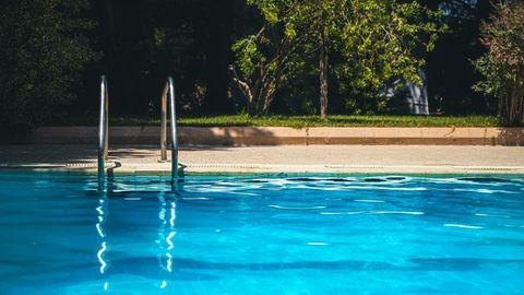 Swimmingpool im Sonnenlicht