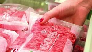 Eine Frauenhand greift Hackfleisch in einem Supermarkt (Symbolbild)
