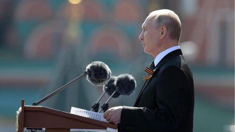 Wladimir Putin spricht bei der Parade zum 75. Jahrestag des Sieges über Nazi-Deutschland