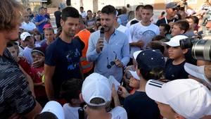 Novak Djokovic (im blauen T-Shirt) spricht während des zweiten Turniers der Adria-Tour im kroatischen Zadar mit Kindern