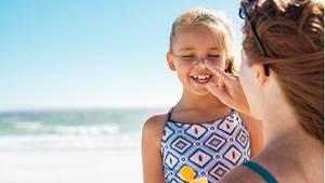 Sonnencreme ist für Kinder im Sommer unumgänglich