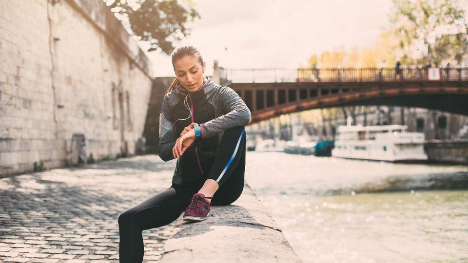 Fitness-Tracker gehören für viele Menschen zum Sport dazu (Symbolbild)