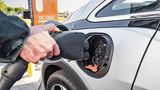 GM-Chef Mark Reuss lehnt Plug-in-Hybride ab