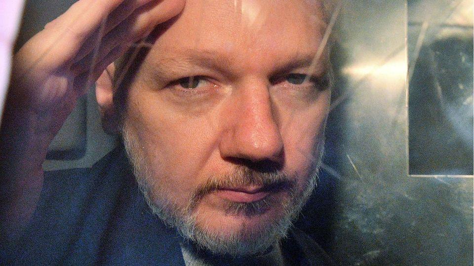 Julian Assange, Mitbegründer der Enthüllungsplattform WikiLeaks verlässt ein Gericht in London.
