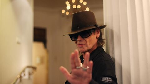 Udo Lindenberg im Foyer des Hotel Atlantic in Hamburg