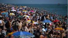 Hunderte Badende am Strand – ohne Abstand