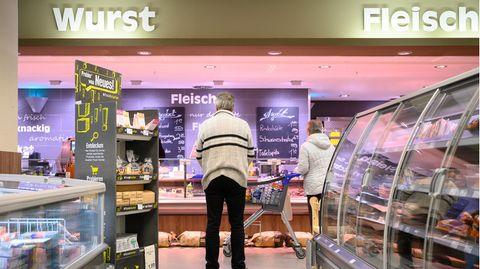 Baden-Württemberg, Stuttgart: Kunden stehen in einer Supermarkt-Filialemit Abstand vor der Fleischtheke