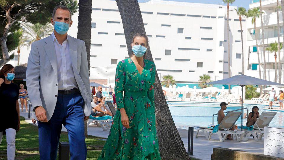 König Felipe VI. und Königin Letizia am Pool des HotelsIberostar Cristina