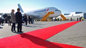 Bild 1 von 22 der Nostalgie-Fotostrecke zum Klicken:   Roter Teppich am 31. Oktober 2009Singpore Airlines, Emirates und und Qantas haben ihn schon. Als erste europäische Fluggesellschaft hat nun Air France einen Airbus A380. Die Königin der Lüfte ist zum Überführungsflug nach Paris nach bereit