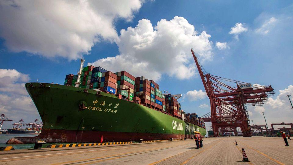 Ein Frachtschiff im Hafen vonQingdao