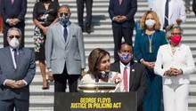 Washington: Nancy Pelosi (m.,vorne), Sprecherin des US-Repräsentantenhauses, spricht während einer Pressekonferenzvor der Abstimmung über denGesetzesentwurf für die Polizeireform