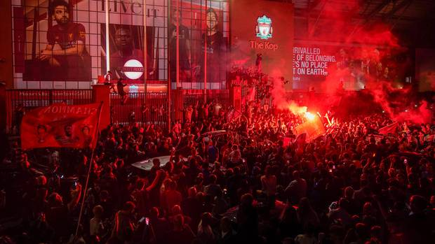 Die Fans des FC Liverpool feierten die Meisterschaft am Stadion mit Gesängen und Pyrotechnik