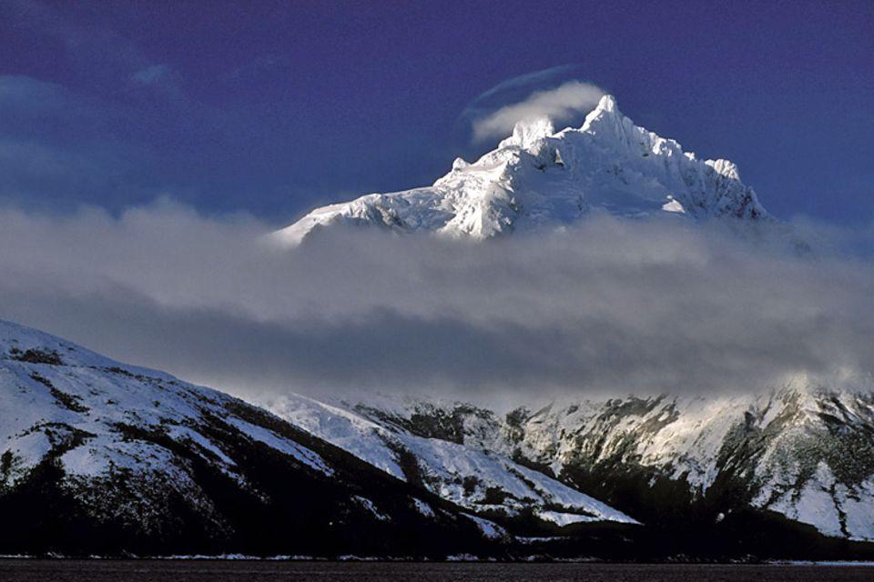 Das Wetter spielte mit: Drei Extrembergsteiger kletterten erstmals über die Nordwand auf den Gipfel des Monte Sarmiento, einen der schwierigsten und isoliertesten Berge der Welt. Eine Expedition fernab jeglicher Zivilisation im sturmumtosten Feuerland.