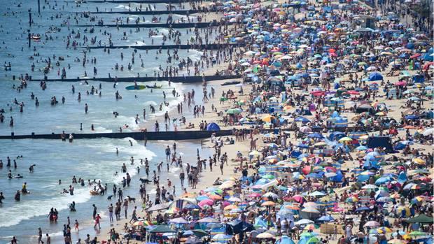 Der Donnerstag war der bisher heißeste Tag des Jahres in England: Tausende Briten ließen es sich nicht nehmen trotz der Corona-Pandemie an den Strand zu gehen, wie hier inBournemouth.