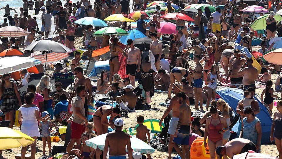 Touristen eng gedrängt am Strand von Bournemouth