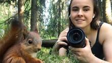Fotografin Dani Connor mit einem Eichhörnchen-Baby