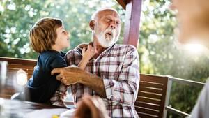 Großvater und Enkel albern herum