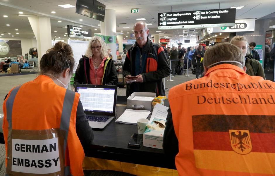 Am Flughafen Christchurch in Neuseeland warten Touristen am Terminalauf die Kontrolle durch Mitarbeiter der deutschen Botschaft, bevor sie für einen Flug nach Deutschland eingecheckt werden.