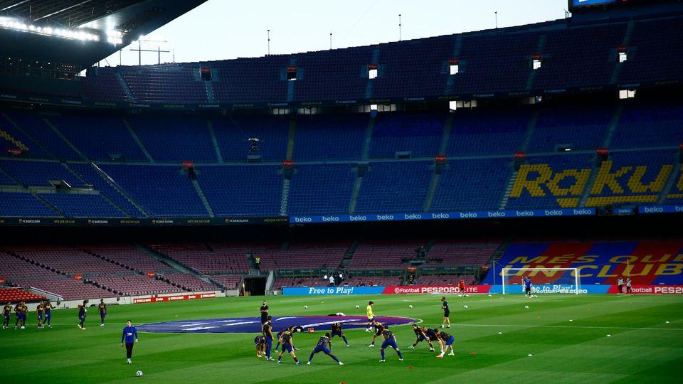 Spieler des FC Barcelona wärmen sich vor dem Fußballspiel auf