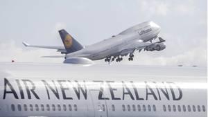 Eine Boeing 747 der Lufthansa startet inChristchurch zum Rückflug nach Deutschland