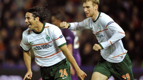Claudio Pizarro jubelte nach einem Tor in der Europa League gegen Austria Wien, dahinter freut sich Per Mertesacker mit