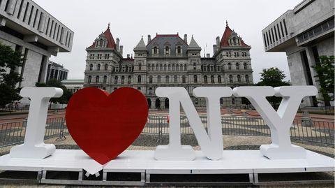 """Der Slogan """"I love New York"""" als Aufsteller mit großen Buchstaben und einem roten Herz"""