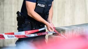 Nachrichten aus Deutschland: Polizist sperrt einen Tatort mit Band ab