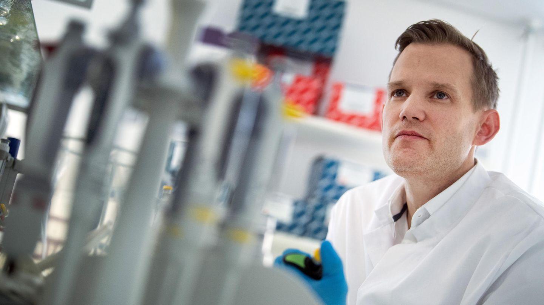 Professor Hendrik Streeck, Direktor des Institut für Virologie an der Uniklinik in Bonn, steht in einem Labor seines Institutes.