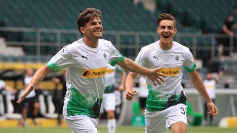 Fußball-Bundesliga: Gladbachs Jonas Hofmann und Florian Neuhaus bejubeln ein Tor