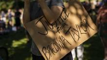"""Ein Schild auf einer Demonstration mit dem Spruch """"Justice for Breonna Taylor"""""""