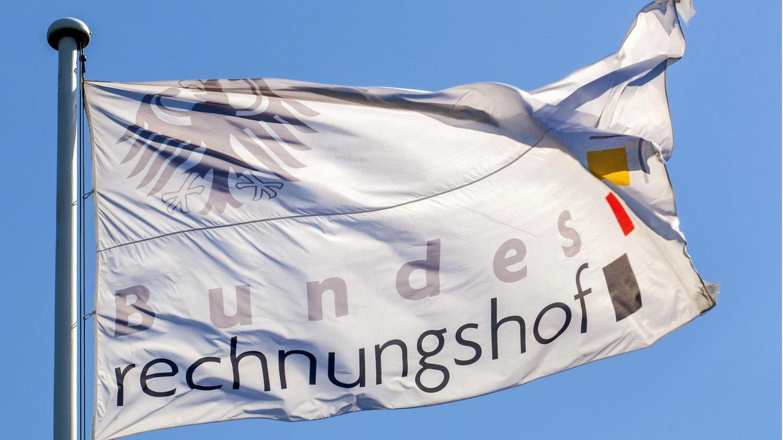 Flagge mit der Aufschrift Bundesrechnungshof weht im Wind