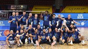 sport kompakt: Alba-Spieler posieren in den Meistershirts für das Erinnerungsfoto