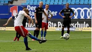 Hunt schießt einen Elfmeter gegen Sandhausen