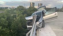 Das war knapp: Ein 18-jähriger Fahrer stürzte seinen vollbesetztenGolf beinahe vom Oberdeck eines Parkhauses