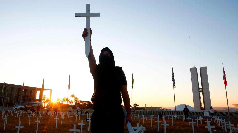 In Brasilien demonstrieren Menschen mit symbolischen Kreuzen gegenden Präsidenten Jair Bolsonaro, der sich weigert Anti-Corona-Maßnahmen einzuführen.Seit Beginn der Corona-Pandemie sind weltweit bereits mehr als 500.000 Menschen nach einer Infektion mit dem Virus gestorben.