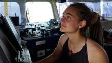 """Carola Rackete am Steuer der """"Sea-Watch"""""""
